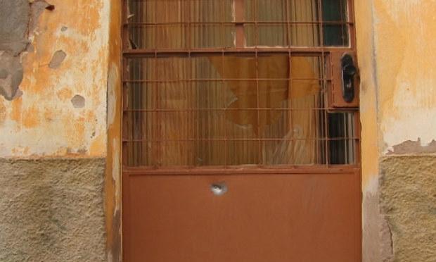 Tiros atingiram porta da casa e carro da vítima / Foto: Reprodução/TV Jornal.