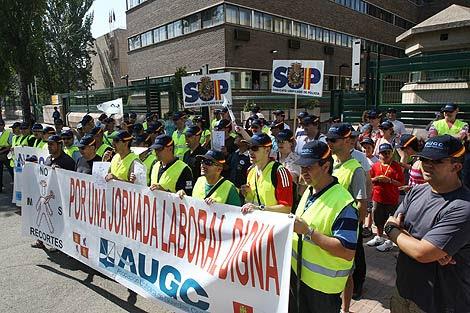 Varios guardias civiles con una pancarta en la manifestación. | J. M. Lostau