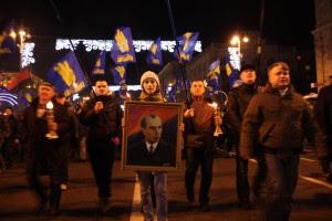 Οπαδοί του φιλοκυβερνητικού κόμματος Svoboda διαδηλώνουν στο Κίεβο με πορτρέτο του ναζιστή Stepan Bandera