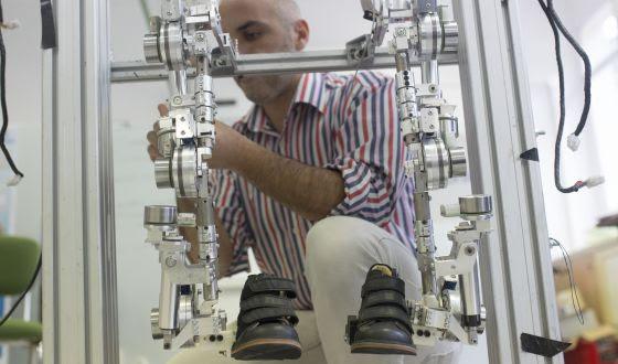 Trabajo en el CSIC en un exoesqueleto para ayudar a andar.