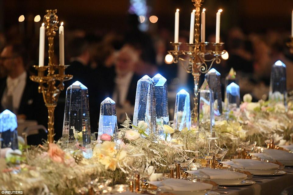 As decorações de gelo e as flores são maravilhosamente colocadas ao longo da Tabela de Honra para o evento glamoroso