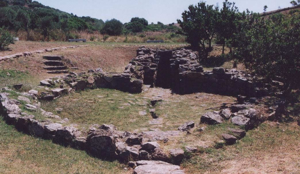 Il cortile e l'accesso al pozzo, si noti la canalizzazione centrale in parte deteriorata. Fonte: Sergio Costanzo