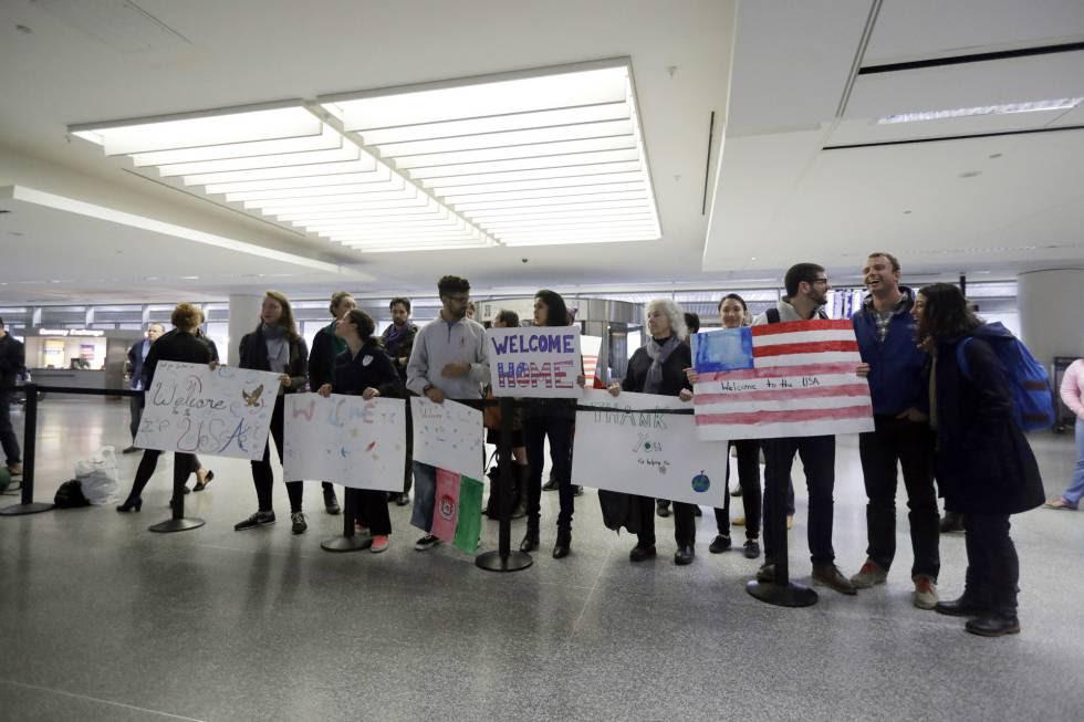 Bienvenida a un traductor del Ejército de EEUU procedente de Afganistán en el aeropuerto de San Francisco.