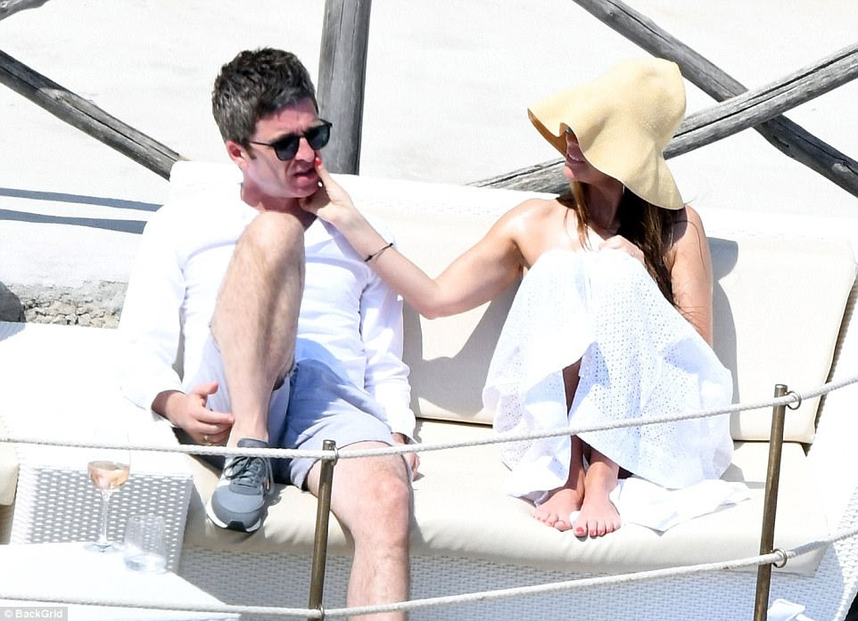 Bonito: Sara acariciou com ternura a bochecha do marido enquanto eles estavam sentados juntos em uma cadeira