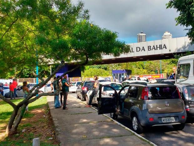 Bloqueio da UFBA ocorre na manhã desta terça-feira, em Salvador (Foto: Eduardo Oliveira/TV Bahia)