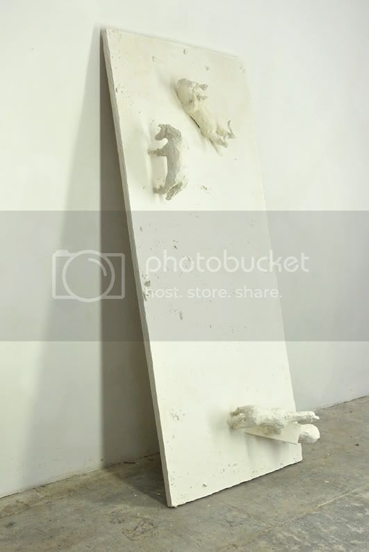 La planche, plaque de pltre sculpture contemporaine pierre guilhem des chevaux en pltre s'amusent un peut il le faut bien parfois