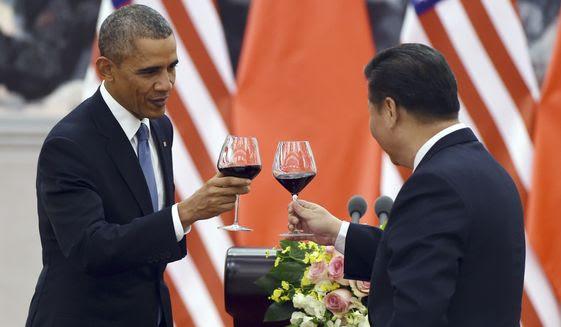 Presidente Barack Obama, à esquerda, torradas com o presidente chinês, Xi Jinping em 12 de novembro em um banquete almoço no Grande Salão do Povo, em Pequim. China tornou-se um do mundo & # 39; s duas maiores economias, e é rico o suficiente para comprar pelo menos 1300000000000 dólares da dívida dos EUA. Mas isso hasn & # 39; t parou Tio Sam de continuar a enviar ajuda externa para Pequim. (Associated Press)