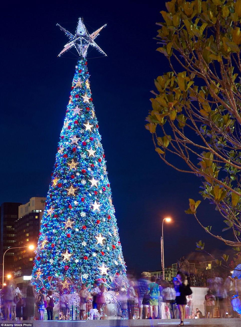 O maior dos mundos árvore de Natal movido a energia solar está orgulhosa dentro do rei George Square, em Brisbane, Austrália, e é um local popular para os moradores e turistas