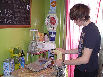 clem prépare ses pâtes.jpg