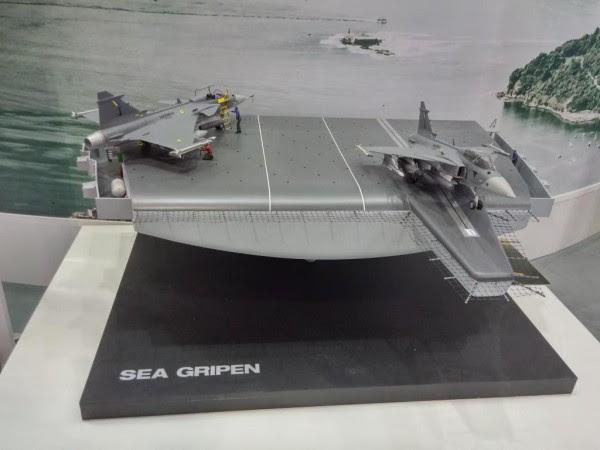Modelo del Gripen Mar, con los colores de MB, expuesta en LAAD 2015 (Foto: Saab)