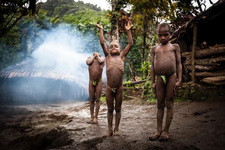Niños en tribu de Ethiopia