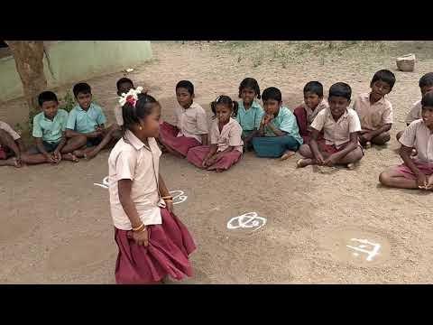 விளையாட்டு முறையில் தமிழ் எழுத்துக்களை கற்கும் அரசுப்பள்ளி மாணவர்கள்