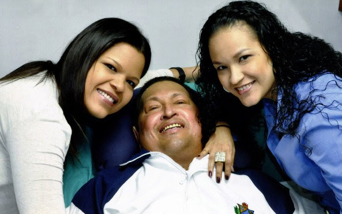 Fotografía del Presidente Chávez 14 de febrero de 2013 La Habana Cuba y sus hijas