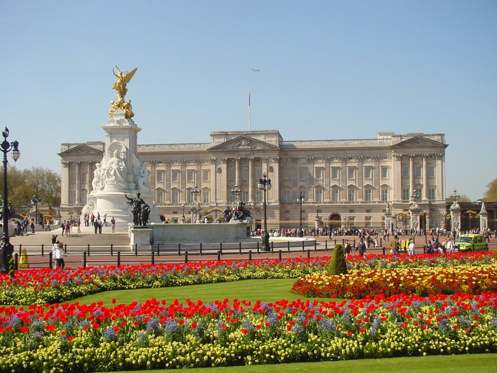 http://travelfeatured.com/wp-content/uploads/2013/10/buckingham-palace-11.jpg