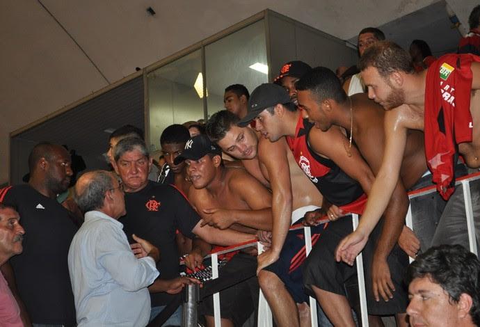 Eduardo Bandeira de Mello protesto torcida Flamengo NBB (Foto: Ian Sena/Blog Garrafão Rubro-Negro )