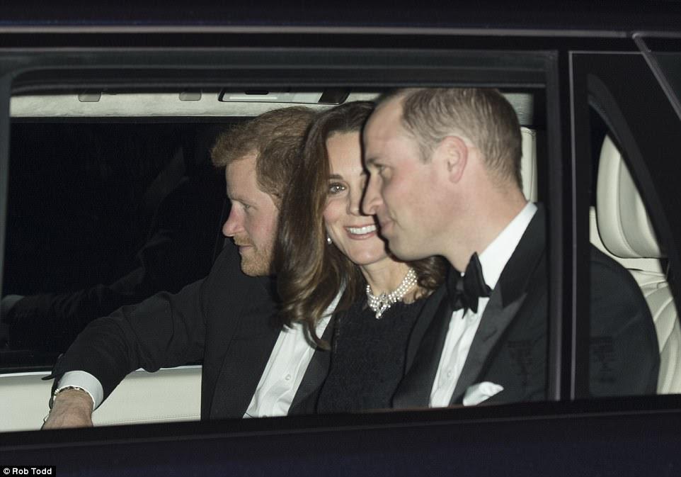 O alegre trio parecia estar com bons espíritos compartilhando uma piada quando eles se dirigiram para a recepção no Royal