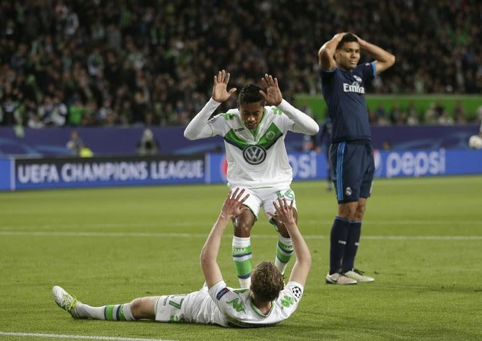 Bruno Henrique comemora gol de Arnold em Wolfsburg x Real Madrid (Foto: AP Photo/Matthias Schrader)