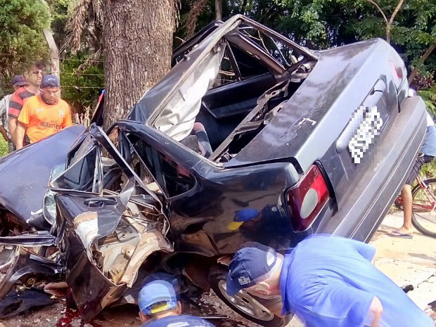 Automóvel bateu de frente contra uma árvore próxima ao cruzamento entre as avenidas Safira e General Meira (Foto: Elvis Pereira / Arquivo Pessoal)