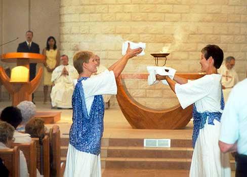 Nueva misa donde las monjas se visten como vírgenes paganas presentando ofrendas