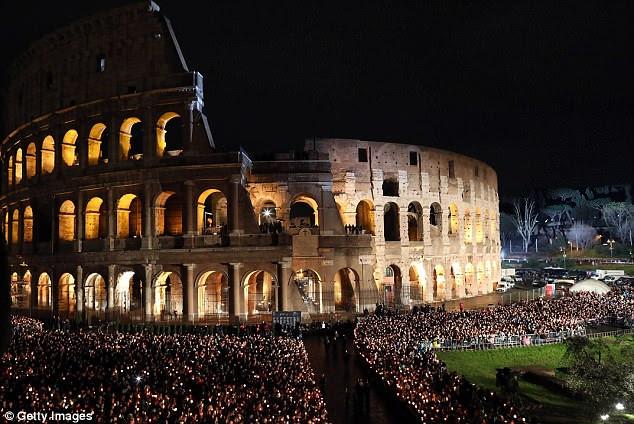Uma visão geral do Coliseu durante as estações da Via Sacra celebrada pelo Papa Francisco na sexta-feira em Roma