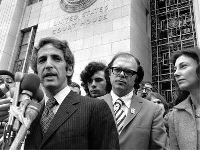 Imagen de archivo de 1973, en la que Daniel Ellsberg habla con los periodistas a la salida de un edificio federal de Los Angeles. AP