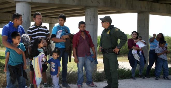 Migrantres retenidos cerca de McAllen, Texas. REUTERS/Loren Elliott