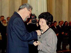 Zoe Dumitrescu Buşulenga (14 ianuarie 2000) este decorată de către preşedintele Emil Constantinescu cu medalia