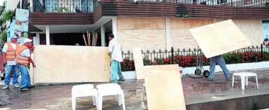 Moradores de Puerto Vallarta, no México, se preparam para a chegada do furacão