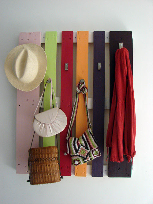 appleinmyheart:  Colorful Coat Rack From A Wood Pallet It's a colorful coat rack that would make your hallway decor more cool and fun! Get tutorial!