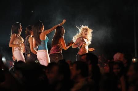 Algumas fãs dividiram o palco com a cantora