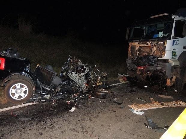 Impacto foi tão forte que pedaços do carro ficaram presos na carreta (Foto: Jociano Garofolo/Arquivo pessoal)