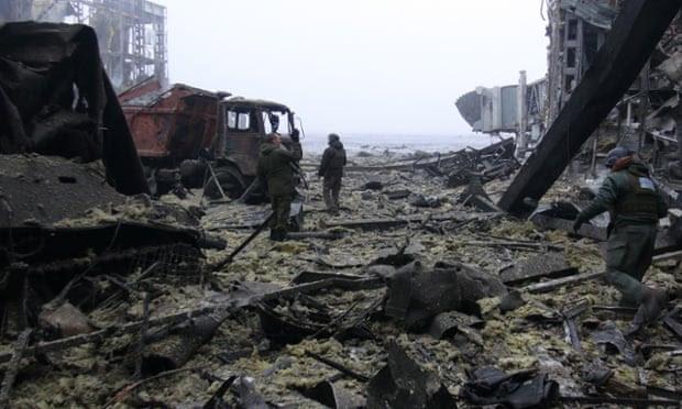 Debris no aeroporto destruído Donetsk.
