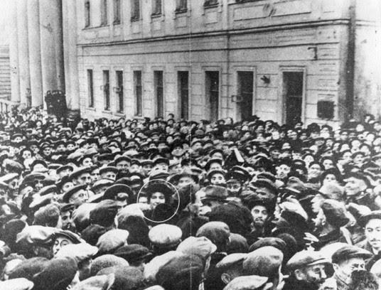 Ambassadeur d'Israël à l'Union soviétique Golda Meir est entouré de 50.000 Juifs près de Moscou Choral Synagogue le premier jour de Roch Hachana, 1948. Photo: Wikimedia