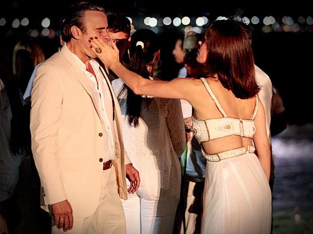 Após flagrar Cadinho com as duas famílias, Alexia dá um tapa na cara dele (Foto: Avenida Brasil/ TV Globo)