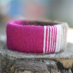 Empty paper towel roll = yarn covered bracelet. Learn how to transform your trash into a beautiful accessory with this tutorial!