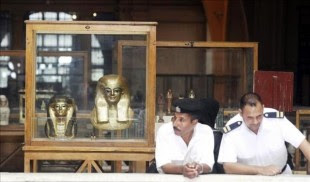Dos policías egipcios vigilan una muestra que reúne algunas piezas arqueológicas restauradas, en el Museo Egipcio de El Cairo (Egipto), hoy, lunes 30 de septiembre de 2013. EFE