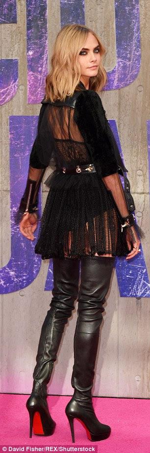 Seu próprio estilo: A beleza loira exibiu seu sentido excêntrico estilo de amaragem o vestido de estréia do glam para uma vibe mais gótico