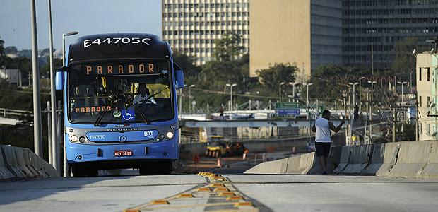 RIO DE JANEIRO, RJ, 01.08.2015: Corredor de ônibus da BRT na cidade do Rio de Janeiro (Foto: Fábio Teixeira/Folhapress)