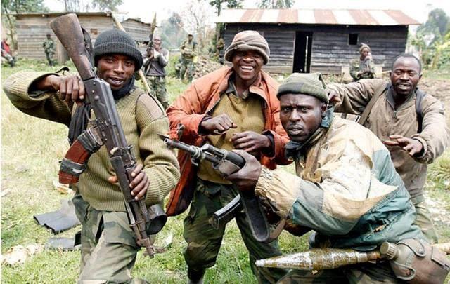 Так выглядели бойцы-демократы хуту, убивавшие иноплеменников в Руанде. Фото Источник http://puerrtto.livejournal.com/953589.html