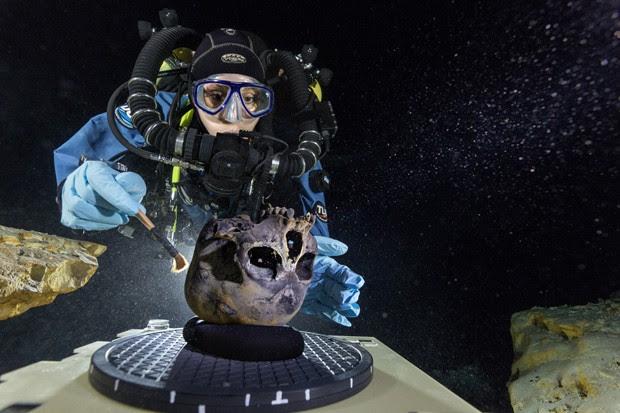 Mergulhadora Susan Bird escova o crânio encontrado no fundo da fossa Hoyo Negro, na península de Iucatã (Foto:  Cortesia de Paul Nicklen/National Geographic)
