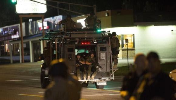 La policía de Missouri peina la ciudad en un vehículo blindado