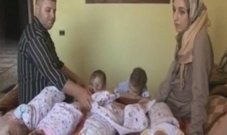 Naima al-Batash bersama dengan suami dan 11 anak-anaknya