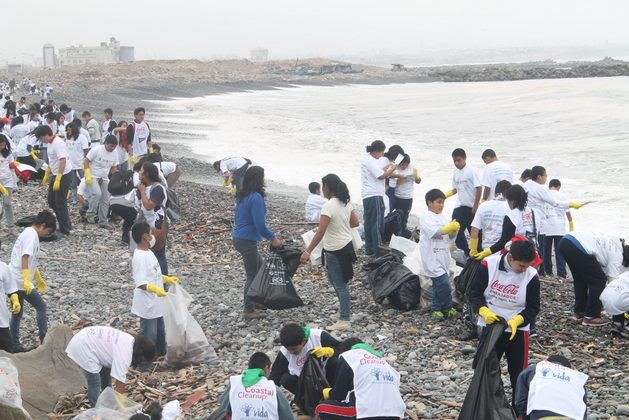 Volunteers from the Peruvian Institute for the Protection of the Environment Vida clean up the waste washed up by the sea on the coast near Lima. Half of the 6,000 tonnes of marine debris collected by the organisation since 1998, with the support of 200,000 volunteers, is disposable plastic. Credit: Courtesy of Vida