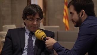 """El president de la Generalitat, Carles Puigdemont, amb Ricard Ustrell, presentador d'""""El suplement"""""""