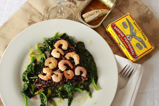 Riso venere con gamberi, spinaci e sardine