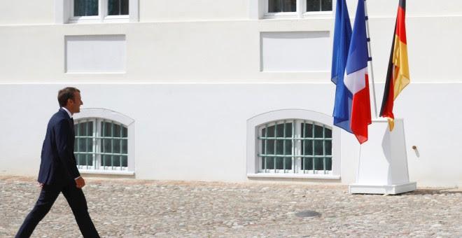 El presidente francés Emmanuel Macron a su llegada al encuentro con la canciller alemana Angela Merkel, para la cumbre franco-germana, en el Palacio de Meseberg. REUTERS/Hannibal Hanschke