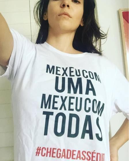 Tainá Müller posa com a camisa da campanha