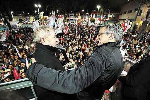 Lula cumprimenta Padilha, em São José dos Campos: tentativa de 'salvar' a candidatura petista (Rodrigo Petterson/Analítica)