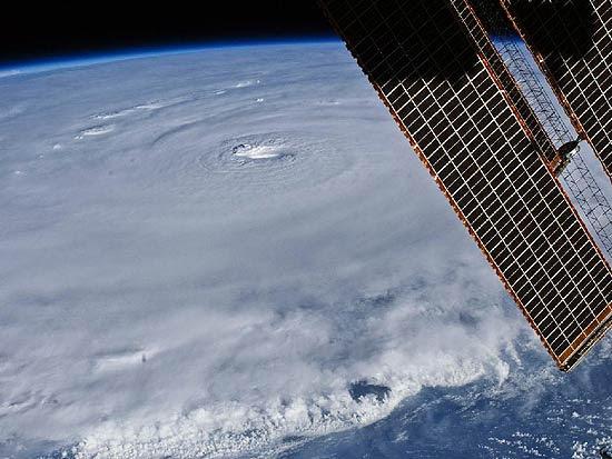 Foto do olho do furacão Earl, com 28 quilômetros de extensão, tirada pelo astronauta Douglas Wheelock