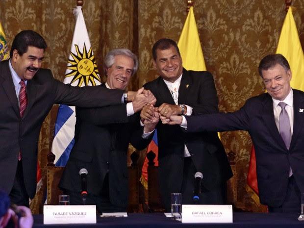 Os presidentes da Venezuela, Nicolás Maduro, do Uruguai, Tabaré Vazquez, do Equador, Rafael Correa, e da Colômbia, Juan Manuel Santos (a partir da esquerda), se cumprimentam após encontro em Quito, na segunda (21), no qual Venezuela e Colômbia chegaram a acordo sobre suas fronteiras (Foto: AFP Photo/Juan Cevallos)